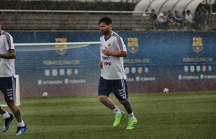 Lionel Messi entrena bajo la lluvia de Barcelona. Foto: AFP