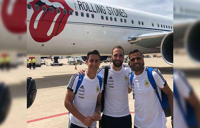 Dybala, Higuaín y Mercado junto al avión  de los Rolling Stones. (FOTO: Twitter)
