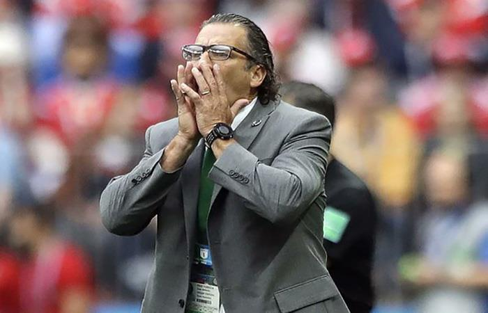 La desazón de Juan Antonio Pizzi tras la goleada que sufrió Arabia Saudita. Foto: Twitter