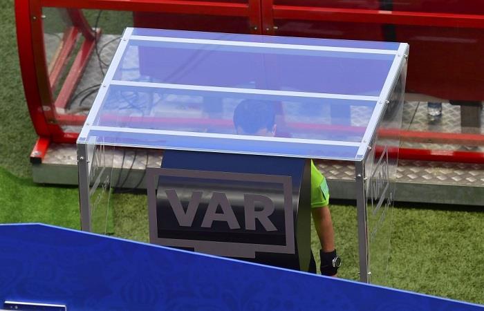 El árbitro uruguayo Andrés Cunha decidió pitar penal luego de consultar el VAR. (Foto: Twitter)