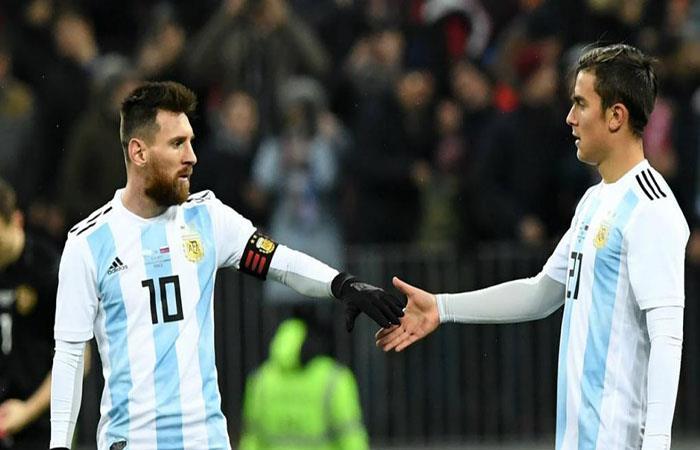 Lionel Messi y Paulo Dybala. Foto: AFP