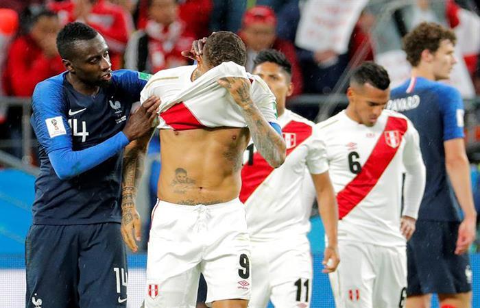 Matuidi consuela a Paolo Guerrero, que no pudo mantener a Perú en el Mundial. (FOTO: EFE)