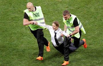 Francia vs Croacia: cuatro chicas saltan al campo e interrumpen el encuentro