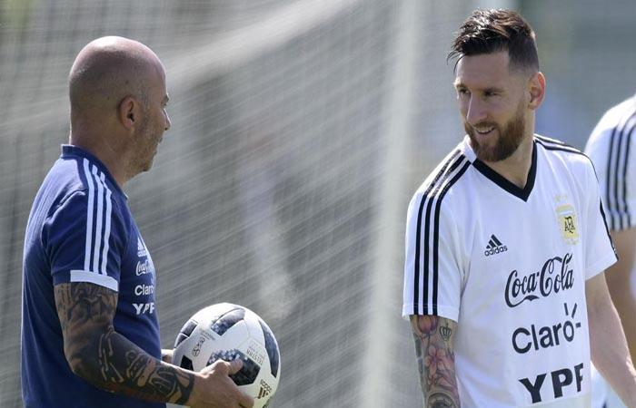Jorge Sampaoli y Lionel Messi. (FOTO: AFP)