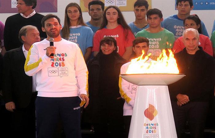 Sebastián Crismanich, ganador de la medalla dorada en taekwondo en Londres 2012, habla durante la presentación de la llama de los Juegos Olímpicos de la Juventud. Foto: EFE