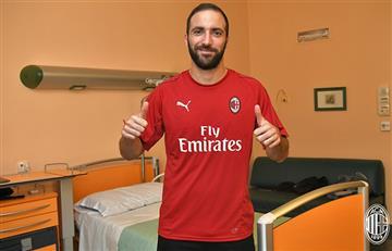 Gonzalo Higuaín posó con la camiseta del AC Milan