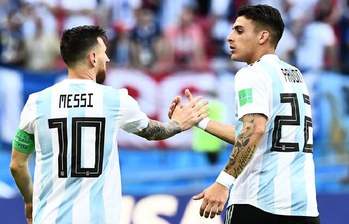Lionel Messi y Cristian Pavón. Foto: AFP