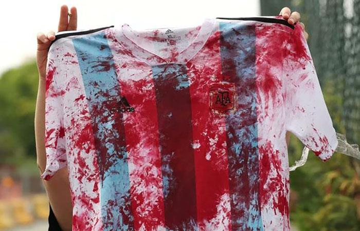 La camiseta argentina ensangrentada fue protagonista de las protestas en Jerusalén. (FOTO: AFP)