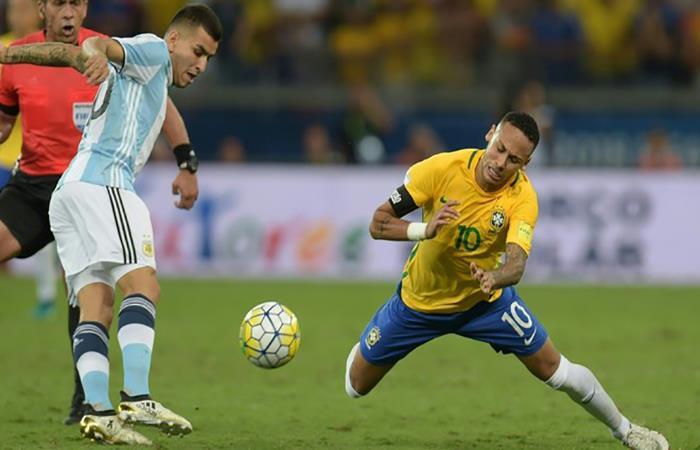 Ángel Correa ante Neymar, en el último clásico oficial entre Argentina y Brasil. (FOTO: AFP)
