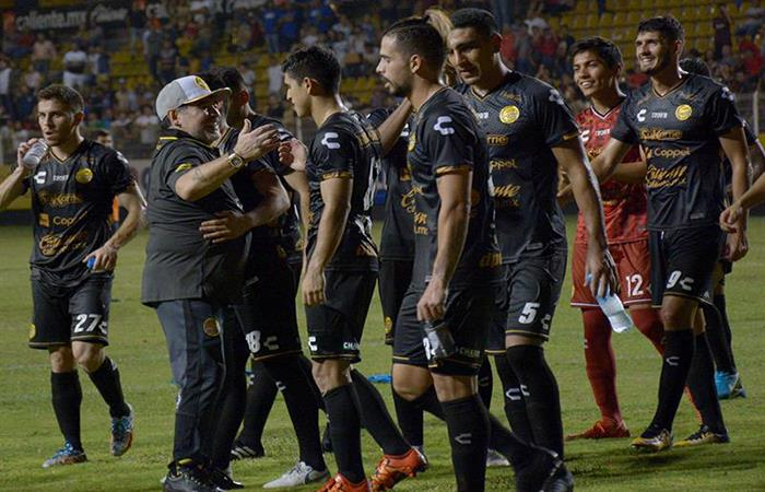 Diego Armando Maradona y su equipo. Foto: EFE