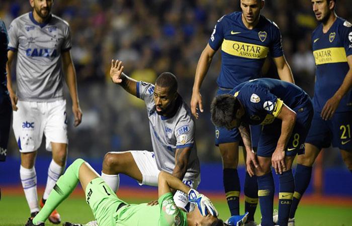 Dedé junto al lesionado Andrada. (FOTO: EFE)