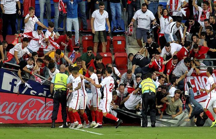La tribuna se desplomó durante el gol de Banega. Foto: EFE