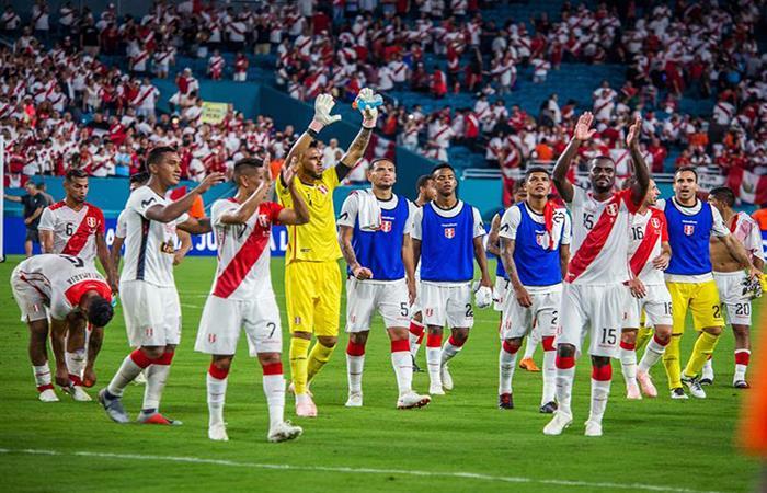 Perú le pegó un baile a Chile y lo goleó por 3-0. Foto: EFE