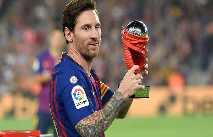 Lionel Messi con el premio al mejor jugador del mes en LaLiga. Foto: AFP