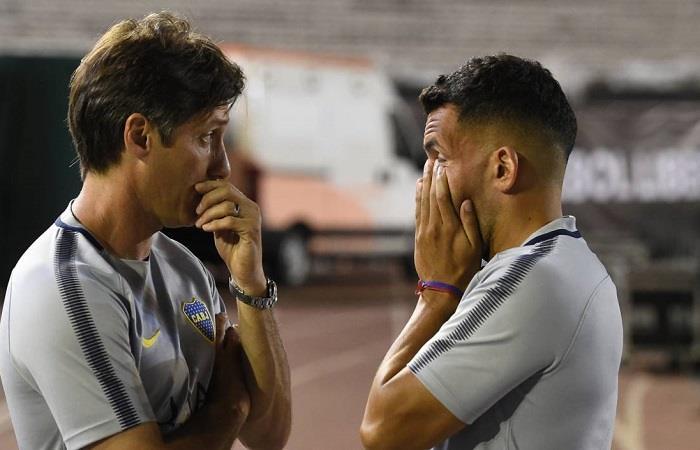 Guillermo y Tevez tras la suspendida final. (FOTO: AFP)