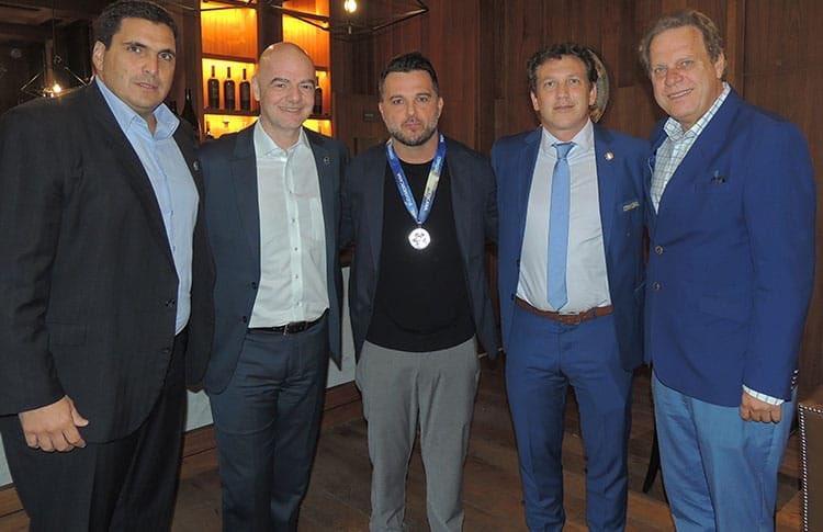 Los dirigentes de Fifa, Conmebol y Tigre reunidos para la premiación. Foto: Twitter Club Atlético Tigre