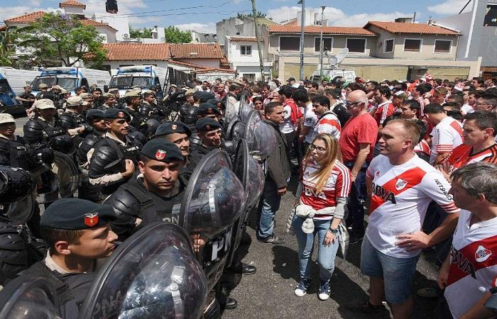 La policía y los hinchas en medio de los incidentes. Foto: AFP