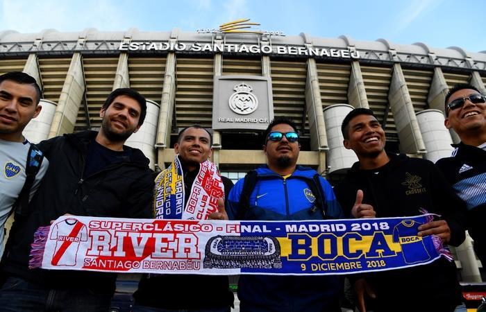 Los hinchas esperan en paz por el partido. Foto: AFP