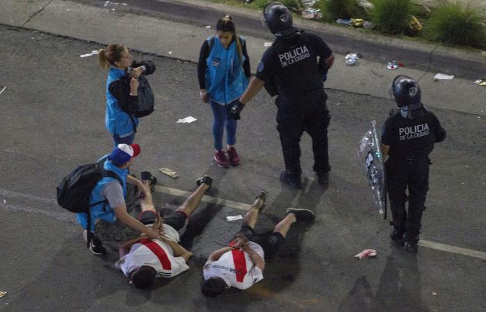 Hinchas de River Plate son detenidos por la policía en Buenos Aires. Foto: AFP