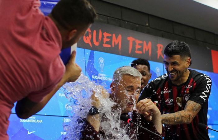 Lucho González celebra el título alcanzado por Atlético Paranaense. Foto: AFP