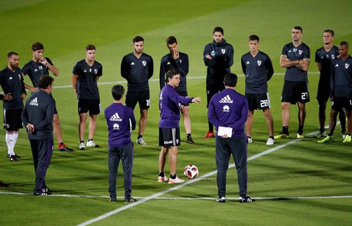 El DT del River Plate, Marcelo Gallardo (c), dirige una sesión de entrenamiento de su equipo en Al Ain (Emiratos Árabes Unidos). Foto: EFE.