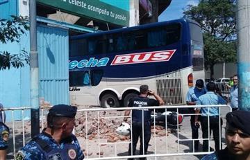 ¡Insólito! Micro de Unión chocó en llegada al estadio de Belgrano
