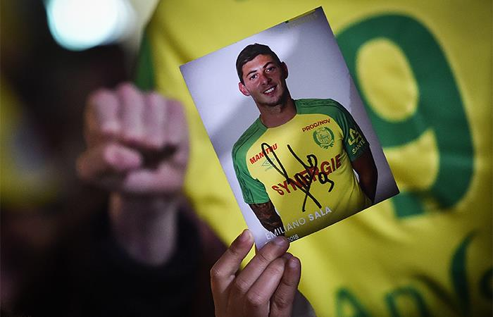 Un hincha del Nantes sostiene la imagen de Sala. Foto: AFP