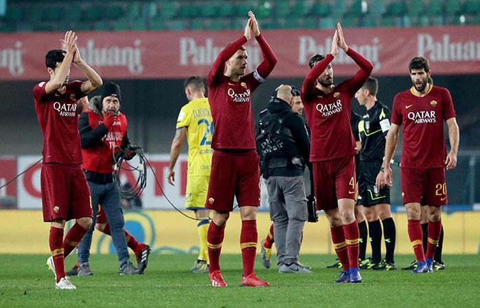 Roma celebra el triunfo y ahora va por el Porto. Foto: EFE