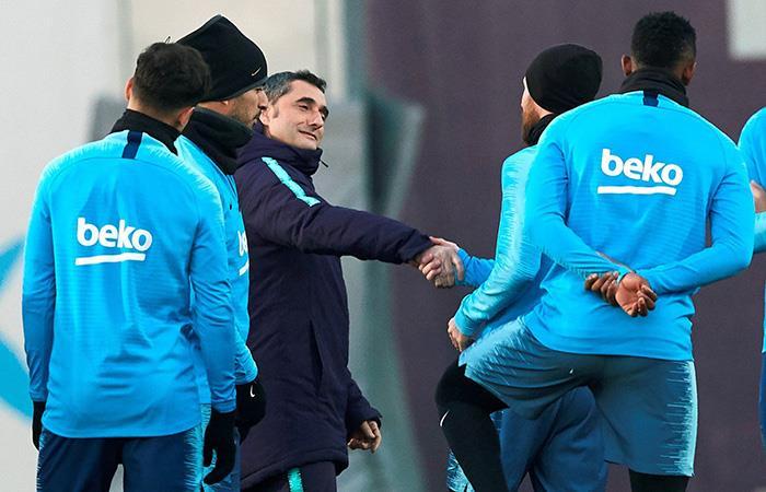 Valverde saluda a Messi en el entrenamiento. (Foto: EFE)