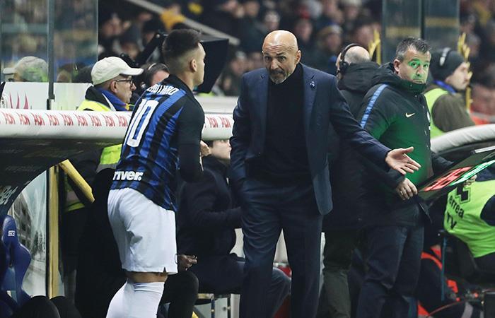 Spalletti conversa con Lautaro antes de entrar. Foto: EFE