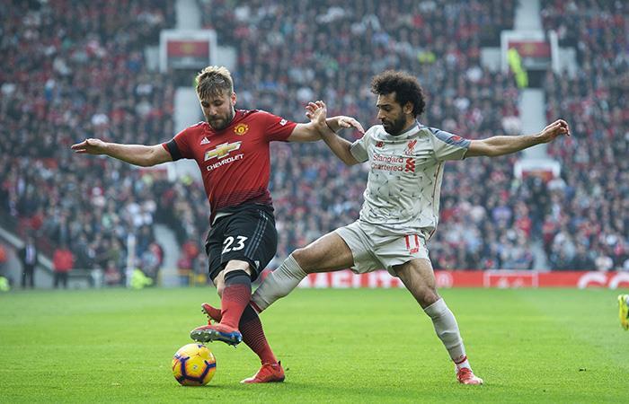 Sala disputa la pelota con Shaw. (Foto: EFE)