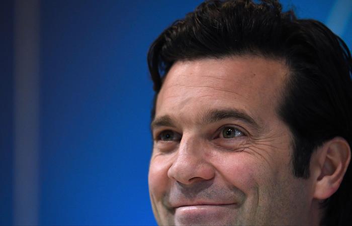 Solari sonríe en conferencia. Foto: AFP