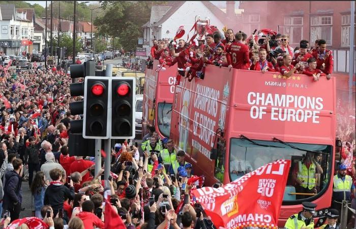 Liverpool llegó a Inglaterra, y festejó con sus hinchas su sexta Champions League