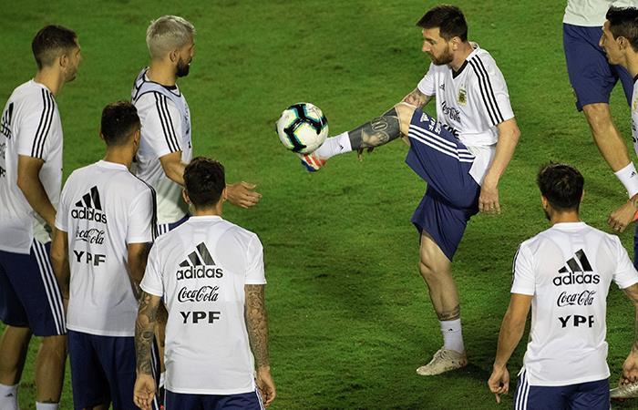 Lionel Messi controla el balón durante un entrenamiento de la Selección Argentina. Foto: EFE