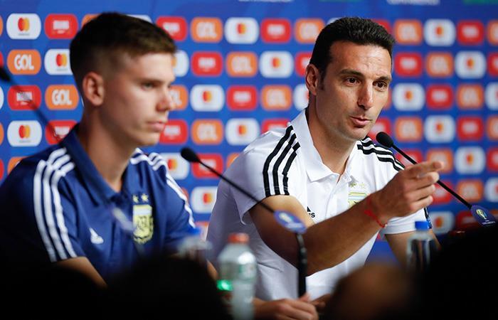 Juan con Lionel Scaloni en conferencia. Foto: EFE