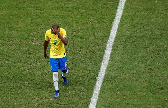 Fernandinho se toma la cabeza. (Foto: EFE)