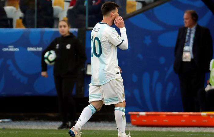 Messi recibió la roja ante Chile. (Foto: EFE)