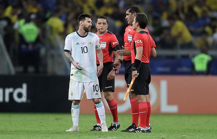 Messi, defendido. (Foto: EFE)