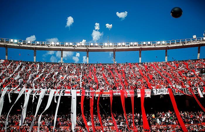 Hinchas en el estadio Monumental para ver el River Plate vs Boca Juniors. Foto: EFE
