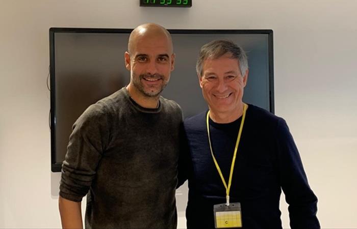 Ariel Holan junto a Pep Guardiola en Manchester. Foto: Twitter Ariel Holan