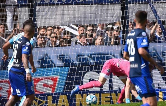 El error de Arias en el primer gol de Racing. Foto: Twitter