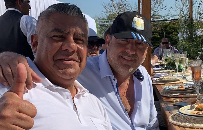 Claudio Tapia junto a Daniel Angelici compartiendo un asado. Foto: Twitter