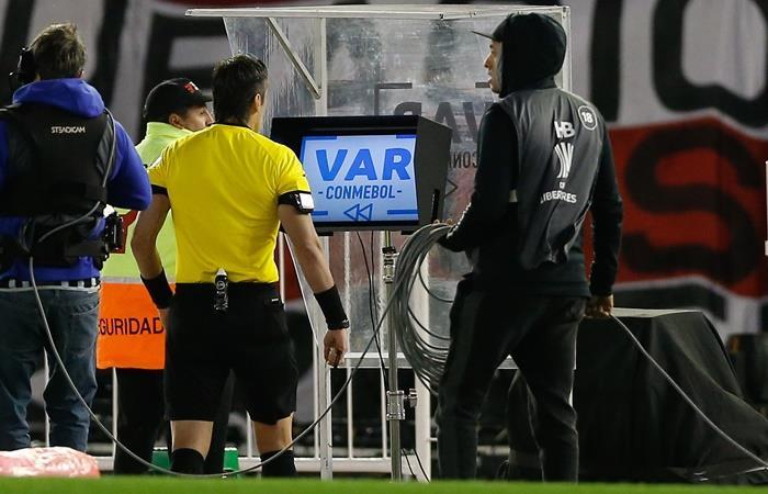 El árbitro del Superclásico: Raphael Claus chequeando el VAR. Foto: EFE