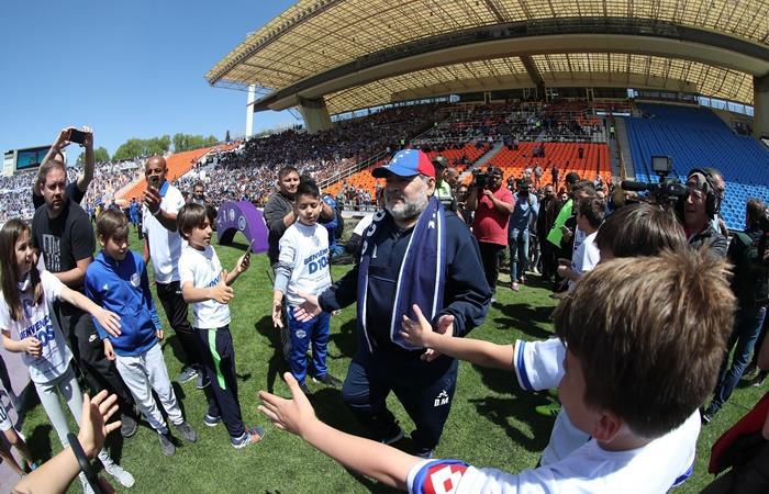 Diego Maradona festejó el triunfo de Gimnasia con baile en el vestuario. Foto: EFE