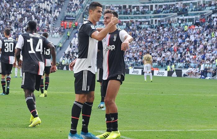 El beso de Cristiano a Dybala que dio vuelta al mundo. Foto: EFE