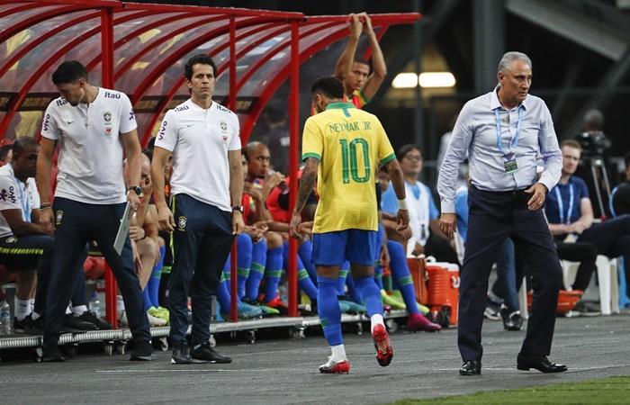 Apenas 11 minutos de juego y Neymar salió lesionado. Foto: EFE