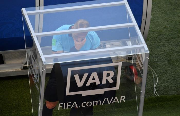 El VAR podría usarse en las Eliminatorias para Qatar 2022. Foto: Twitter