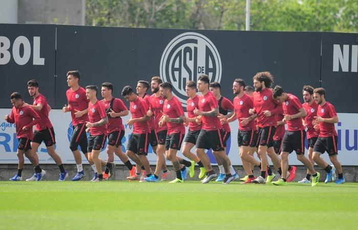 San Lorenzo recibió la visita de un grupo de barras en el entrenamiento. Foto: Twitter San Lorenzo