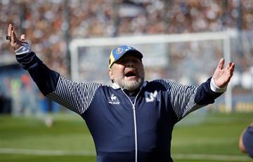 """Maradona: """"Corte y sonrisa"""", cruce con la """"Gata"""" y conferencia suspendida"""