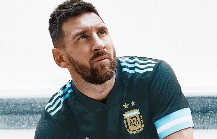 Lionel Messi presentó la nueva camiseta suplente de Argentina. Foto: Twitter